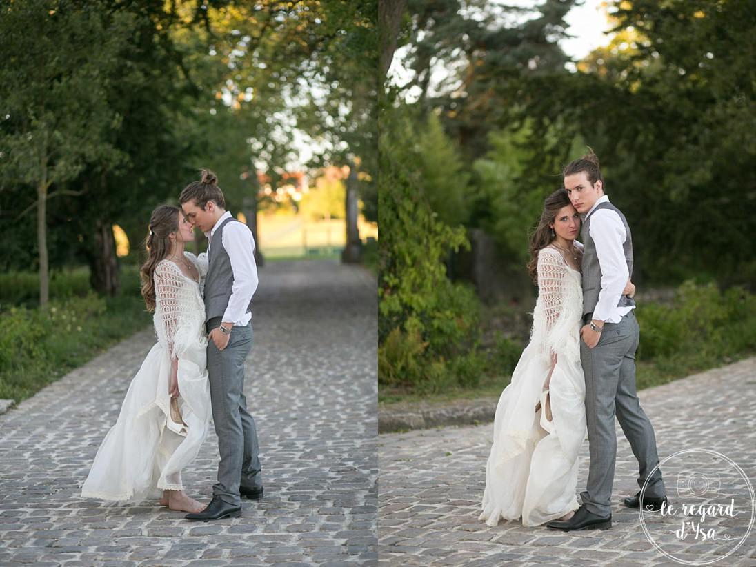 les maries pose couple